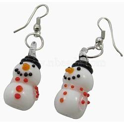 Boucles d'oreilles en lampwork manuelles, avec des crochets en laiton, bonhomme de neige, colorées, taille:  Largeur environ 12mm, Longueur 28mm, Trou: 3mm(EJEW-Y001-3)