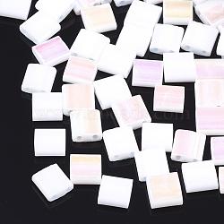 Déposer des perles de rocaille en verre opaque, 2-trou, rectangle, blanc, 5x4.5~5.5x2~2.5mm, Trou: 0.5~0.8mm(X-SEED-S023-18C-01A)